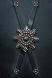 Blommaprydnad på svart järndörr Royaltyfria Foton