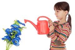 blommar att bevattna för flicka royaltyfri foto