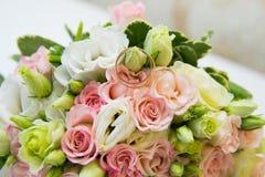 blommar att gifta sig för guldcirklar Arkivbild