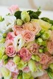 blommar att gifta sig för guldcirklar Royaltyfri Fotografi