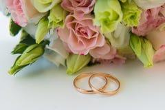 blommar att gifta sig för guldcirklar Arkivfoto