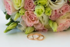 blommar att gifta sig för guldcirklar Royaltyfri Bild