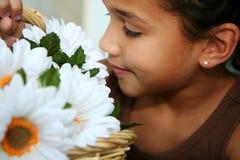 blommar att lukta för flicka royaltyfri bild