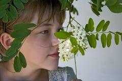 blommar att lukta för flicka Arkivfoton