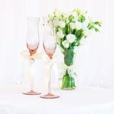 blommar bröllop för exponeringsglastabellvase Arkivbilder