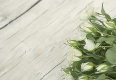 blommar buketten av vita rosor Arkivfoto