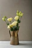 Blommar buketten i forntida kanna arkivfoton