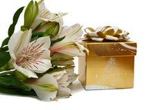 Blommar buketten med gåvaasken som isoleras på vit Arkivbild
