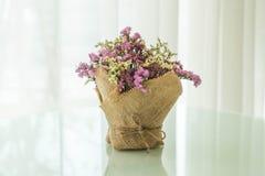 blommar bukettgarnering på tabellen Royaltyfri Foto