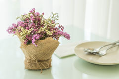 blommar bukettgarnering på tabellen Arkivbilder