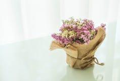 blommar bukettgarnering på tabellen Arkivfoton