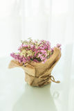 blommar bukettgarnering på tabellen Fotografering för Bildbyråer