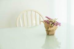 blommar bukettgarnering på tabellen Arkivbild