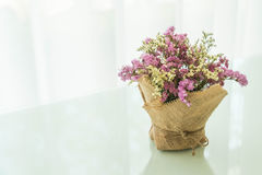 blommar bukettgarnering på tabellen Royaltyfria Bilder