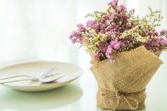 blommar bukettgarnering på tabellen Royaltyfri Bild
