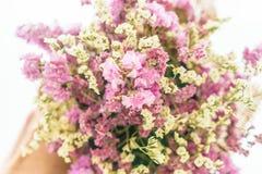 blommar bukettgarnering på tabellen Royaltyfria Foton