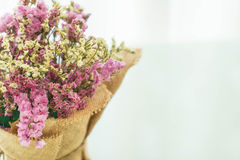 blommar bukettgarnering på tabellen Arkivfoto