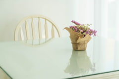 blommar bukettgarnering på tabellen Royaltyfri Fotografi