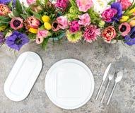 Blommar den färgrika våren för tabellgarnering ferieställeinställningen royaltyfri foto