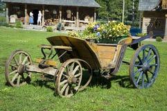 blommar den gammala wagen royaltyfria foton