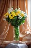 blommar den glass vasen royaltyfri foto