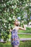 Blommar den härliga unga kvinnan för utomhus- mode som omges av lilan, sommar Lila buske för vårblomning Stående av en blond flic fotografering för bildbyråer