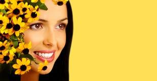 blommar den le kvinnan fotografering för bildbyråer