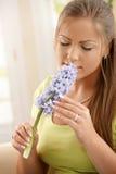 blommar den lukta kvinnan Arkivfoto