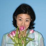 blommar den lukta kvinnan Fotografering för Bildbyråer