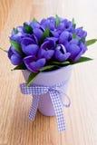 blommar den purpura vasen Arkivbilder