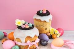 Blommar den traditionella kakan för påsken med blomningen för garnering för chokladrede-, godis- och vaktelägg, färgrik vårstilli arkivbild
