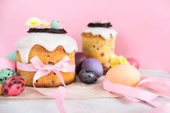 Blommar den traditionella kakan för påsken med chokladredet, blomning för garnering för vaktelägg, färgrik vårstillife i mjukt lj royaltyfri fotografi