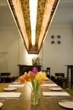 blommar den trevliga restaurangen Royaltyfria Bilder