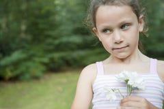 blommar flickaholdingbarn Fotografering för Bildbyråer