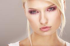 blommar flickan gjort makeupslitage Arkivbild
