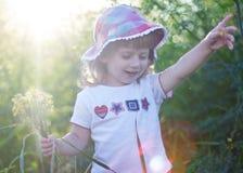 blommar flickan little Arkivbilder