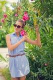 blommar flickaståenden blå klänningmaike Royaltyfri Bild