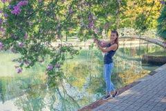 blommar flickaståenden blå klänningmaike Fotografering för Bildbyråer