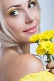 blommar flickayellow Fotografering för Bildbyråer