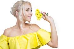 blommar flickayellow Arkivbilder