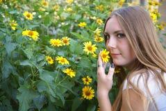 blommar flickayellow Arkivbild