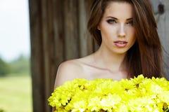 blommar flickayellowbarn fotografering för bildbyråer