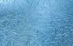 blommar is Frostlinjer i djupfryst vinterfönster Arkivfoto