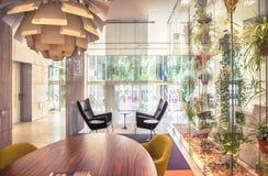 Blommar garnering i modern korridor royaltyfria bilder