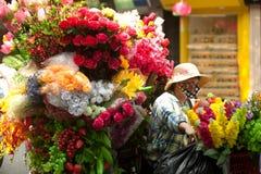 Blommar gatuförsäljaren på den Hanoi staden, Vietnam Royaltyfria Bilder