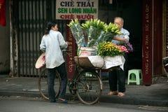 Blommar gatuförsäljaren på den Hanoi staden, Vietnam Royaltyfria Foton