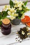 Blommar gröna teblad för jasmin med jasmin på vit bakgrund Fotografering för Bildbyråer