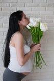 blommar gravid kvinna Arkivfoto