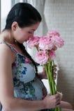 blommar gravid kvinna Royaltyfri Foto