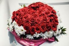 blommar hjärta över rosewhite valentin Förälskelse Arkivbild